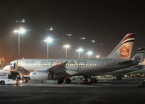 pesawat air asia perth bali mendarat darurut penumpang stroke etihad airways mendarat darurat di perth
