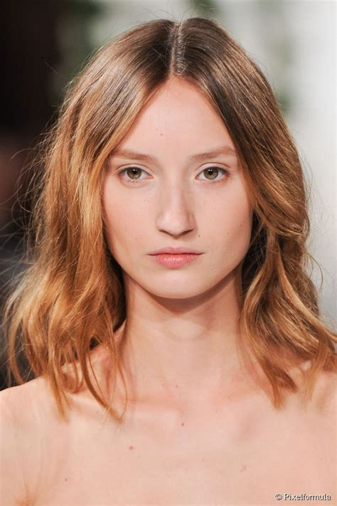 hairstyals part in the middle start the week in style middle part hairstyles