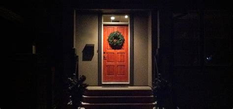 how to hang a christmas wreath without damaging your door 171 christmas ideas