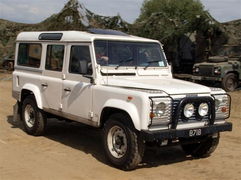 land rover defender white file white land rover defender jpg wikimedia commons