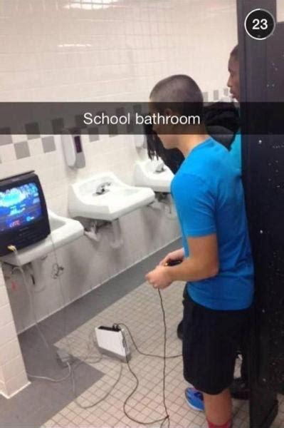 nel bagno della scuola barzellette net foto televisore con videogames nel bagno
