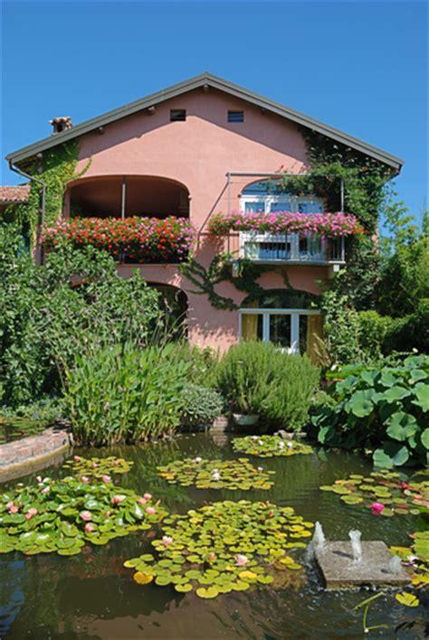 giardini con laghetto giardino con laghetto splendore tra ninfee cascatelle e