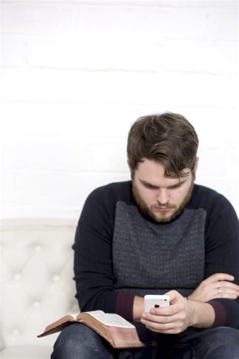 sedere di uomo foto gratis uomo sedere ritratto dentro divano