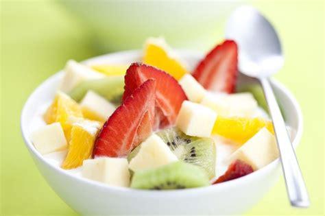 cara membuat salad buah buahan cara membuat salad buah saus alpukat untuk anak