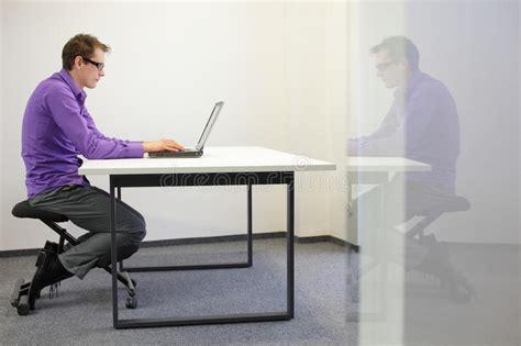 position assise bureau mauvaise position d assise au poste de travail homme sur