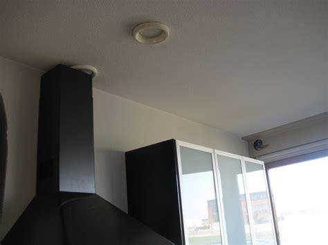 praxis afvoerbuis afzuigkap afzuigkap ventilatie afvoer naar buiten aanleggen werkspot