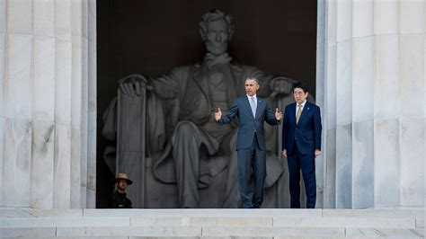 obama lincoln memorial photos obama gives japan s abe an impromptu tour of