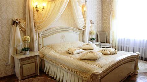 tricks  decorate  romantic bedroom royal furnish