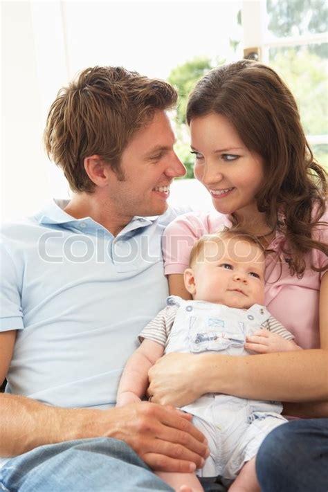 baby zu hause eltern kuscheln neugeborene baby zu hause stockfoto