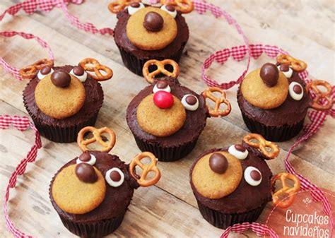 árbol de navidad con dulces cupcakes de chocolate para la mesa dulce de navidad