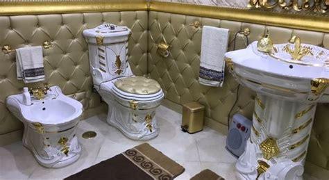 rubinetti dorati rubinetti e water dorati nella casa comunale occupata dal