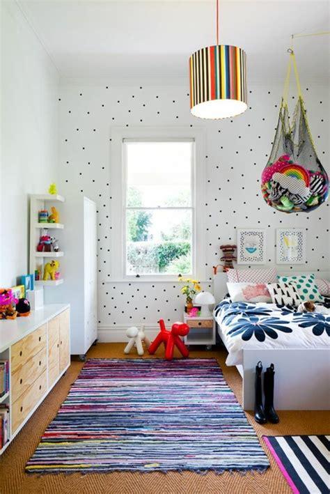 Charmant Lustre Chambre Ado Fille #5: 0-idee-deco-chambre-ado-fille-papier-peint-blanc-avec-deco-a-points-noirs-papier-peint-chambre-ado.jpg