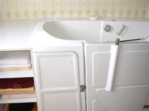 installation baignoire avec porte avec un meuble de