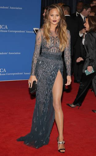 chrissy teigen in zuhair murad red carpet white house correspondents dinner 2015