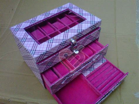 Harga Jam Burberry Sport box jam tangan isi 24 mix accesories drawer burberry pink
