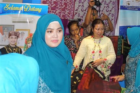 Kain Batik Pkk Nasional Gulungan hj sherrin tharia zola ketua tp pkk provinsi jambi yang