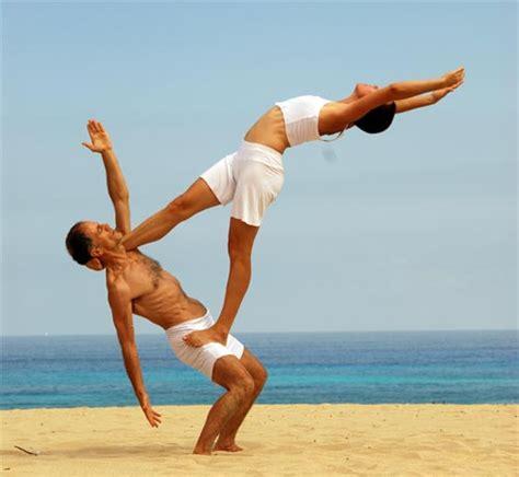 imagenes para hacer yoga yoga en pareja