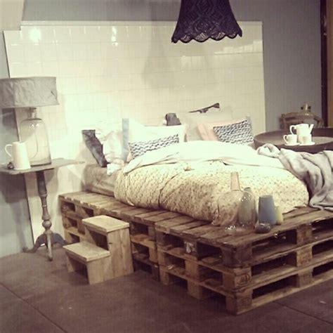 schlafzimmer mit schwarzen möbeln kleines schlafzimmer mit einem bett aus paletten und einem