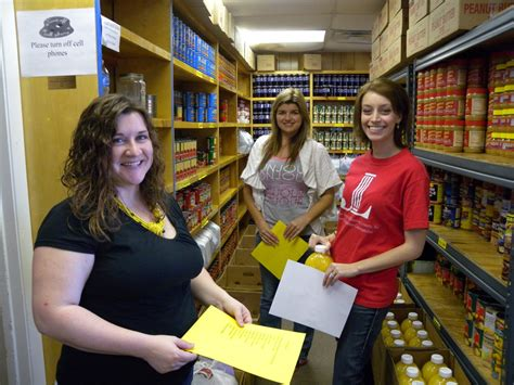 Volunteer At Food Pantry by Junior League Volunteers Helping At Our Food Pantry M I
