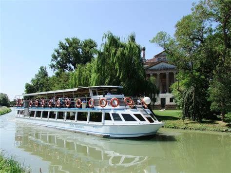 battello guida le navi in porto unii itinerari turistici navigazione fiumi