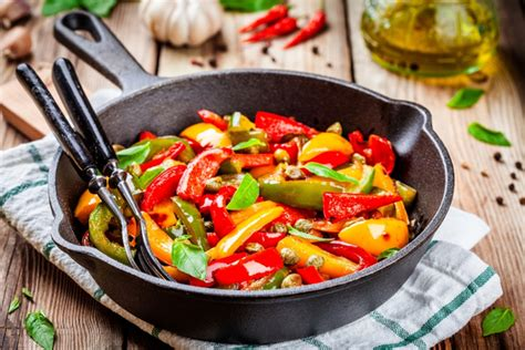 come cucinare i peperoni in padella cucinare i peperoni le variet 224 e le ricette per portarli