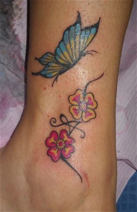 caviglia fiori trend tatuaggi a fiori sulla caviglia donna moderna
