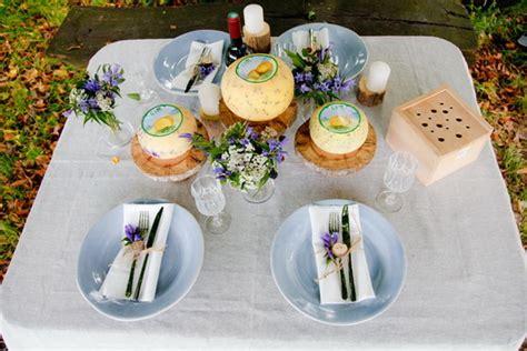 tavola apparecchiata per buffet un tiglio il e il formaggio la tavola apparecchiata