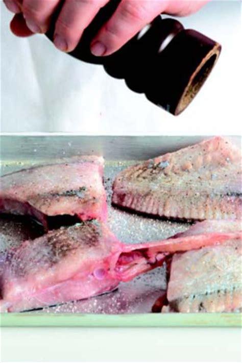 cucinare il rombo in padella ricetta rombo aromatico al forno con caponata le ricette