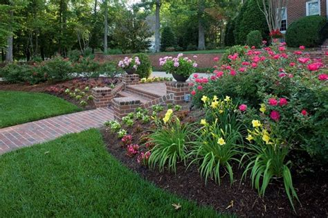 Knockout Roses Landscape Ideas Knock Out Roses And Daylillies Landscaping