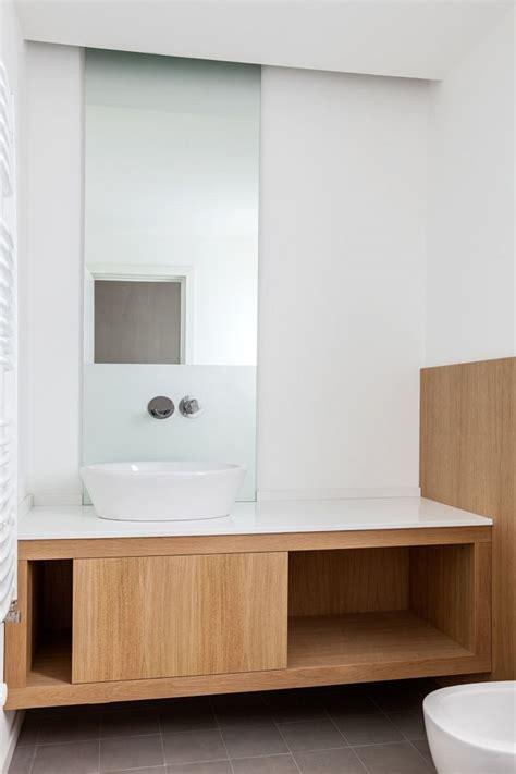 arredo naturale boiserie mobili bagno sospesi e vasca rivestiti in rovere