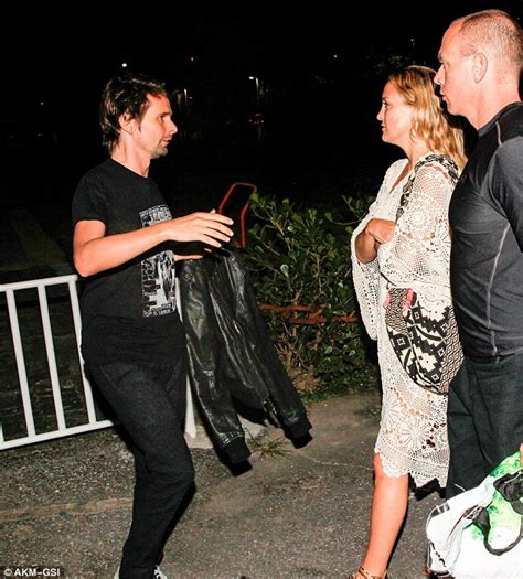 kate hudson gives matt bellamy one last kiss before he
