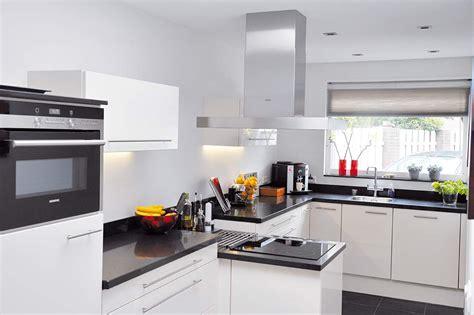 nieuwe keuken kopen en plaatsen de keukenvernieuwers plaatst nieuwe keukens product in