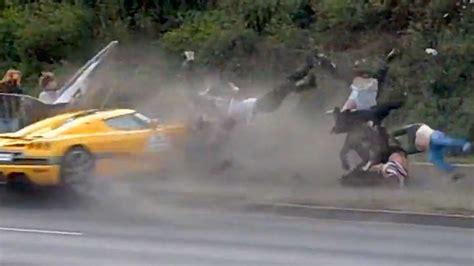Auto Rast In Bern In Menschenmenge by Luxus Wagen Rast Bei Autorennen In Polen In Eine