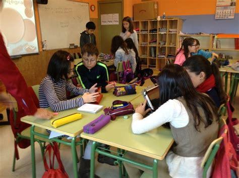 imagenes niños trabajando en equipo tabletas en el aula parapnte