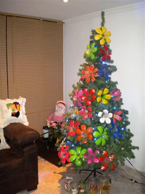 arbol de navidad de vasos de plástico 193 rbol decorado con flores elaboradas con botellas pl 225 sticas botellas recicladas pl 225 stico y