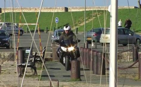 Videos Mit Motorrad by Mit Motorrad Am Hafen Video Auf Bildschirmarbeiter