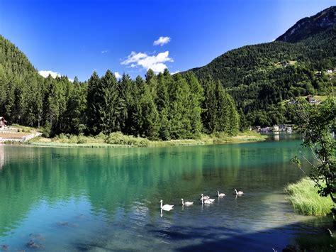 le lago lago di alleghe ai piedi monte civetta il portale