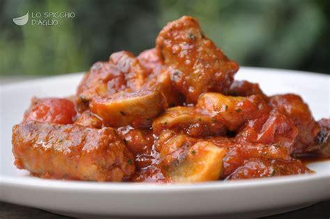 come cucinare le salsicce di pollo ricetta spezzatino salsiccia e funghi le ricette dello