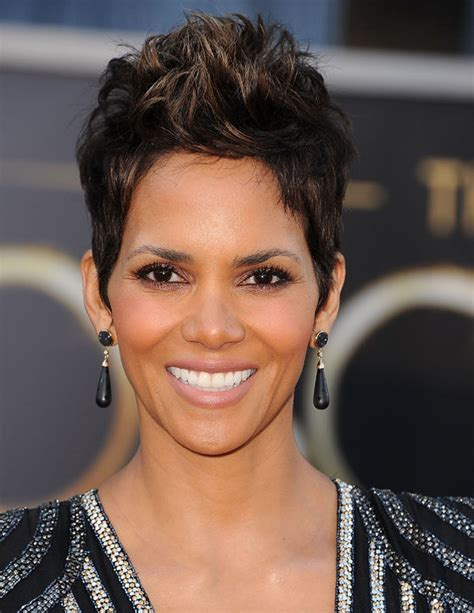 Halle Berry Warms Up by I Ve Got The Names Of Halle Berry S Oscars 2013 Eye Makeup