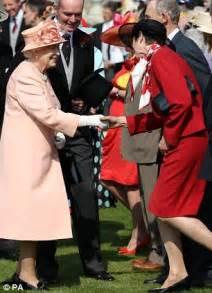 katie couric queen elizabeth katie couric meets the queen at buckingham palace garden