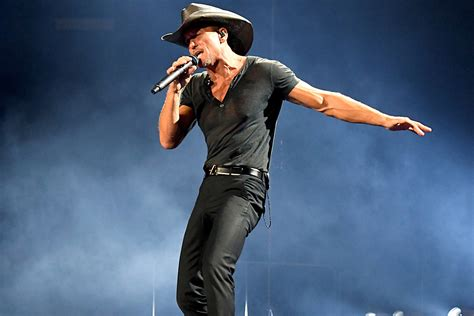 tim mcgraw fan tim mcgraw assures fans he s hydrating in photo
