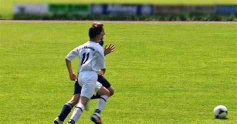 imagenes futbol sin copyright imagenes sin copyright competir por el bal 243 n de f 250 tbol