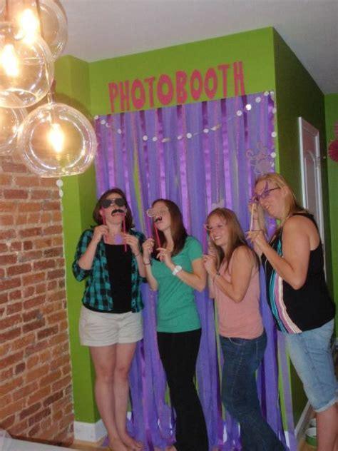 DIY Tutorial: Easy, Budget Friendly Photobooth Backdrop