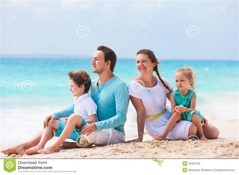imagenes de vacaciones en la playa familia en vacaciones tropicales de la playa imagen de