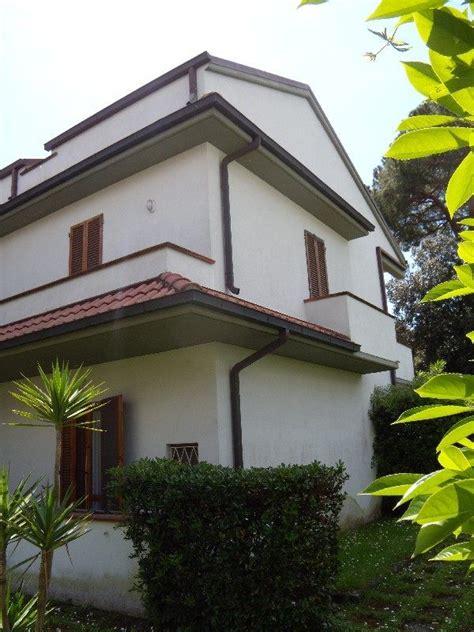 veranda esterna villetta a schiera immersa nel verde con giardino du