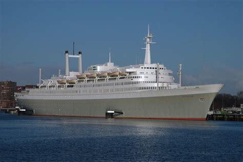 schepen in rotterdam het mooie grote en beroemde schip van s s rotterdam bij