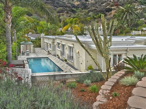 2 Story House With Pool Marvel Comics Stan Lee Snags A Bigger L A Mansion