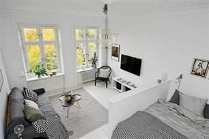 Beau Amenager Un Studio De 20m2 #5: amenagement-petit-studio-deco-studio-etudiant-canape-gris-tapis-gris-murs-blancs.jpg