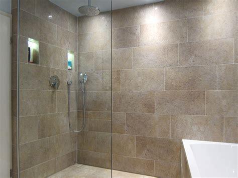 badezimmer dusche badezimmer fliesen natursteinoptik gispatcher