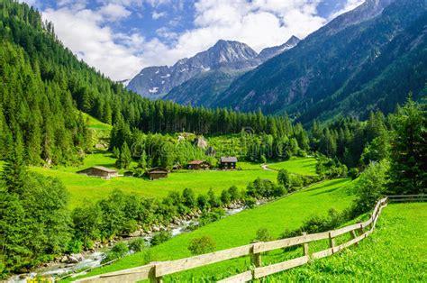 cottage montagna prati verdi cottage alpini e picchi di montagna